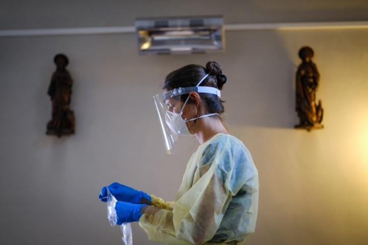 Docwerkers - Leslie Verbeeck, Geneeskunde voor het Volk werkt in de Sint-Rochuskerk.