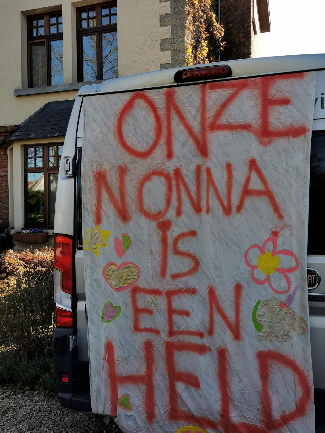 Mona en Noor Van Houtte, spandoek 'Onze nonna is een held', collectie MAS, inv.nr MAS.0328.010.