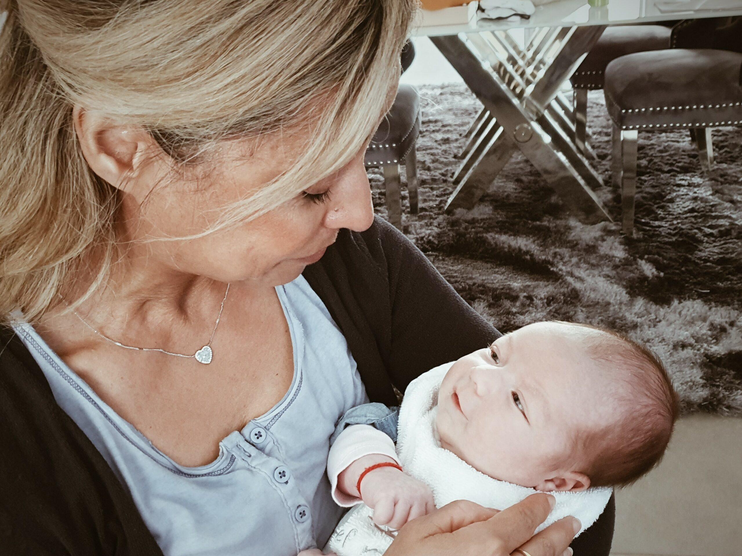 Celine van der Raaij, eerste baby-bezoek voor Luciana.