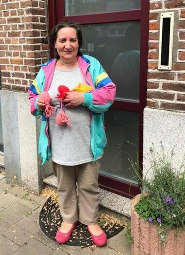 S-Plus en huisvandeMens, vrijwilliger Gerda haakte tijdens lockdown meer dan 100 visjes.
